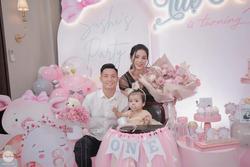 Bùi Tiến Dũng tổ chức sinh nhật cho con gái, hành động ôm hôn thắm thiết bà xã chiếm trọn spotlight