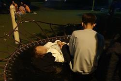 Đôi nam nữ chiếm cả khu vui chơi trẻ em trong công viên Nghĩa Đô làm nơi ôm ấp