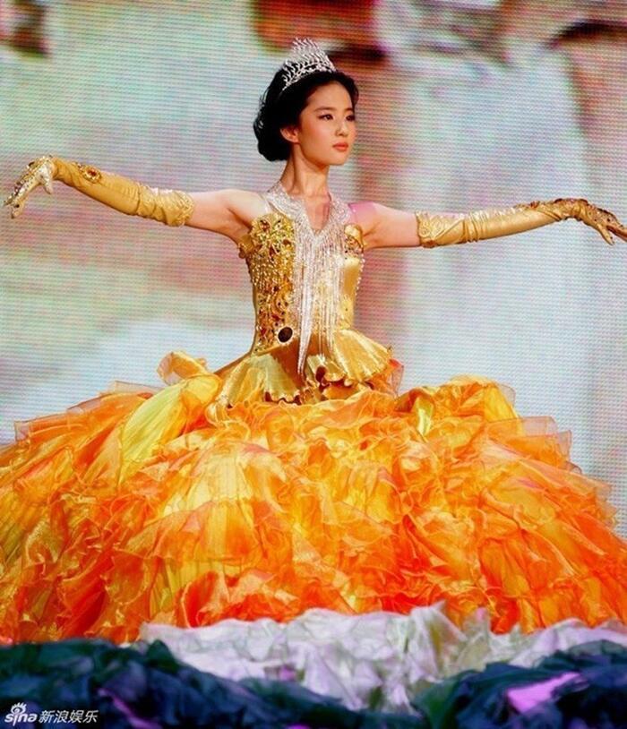 Bộ váy huyền thoại của Nữ thần Kim Ưng bị chê mỗi năm càng thêm sến súa-1
