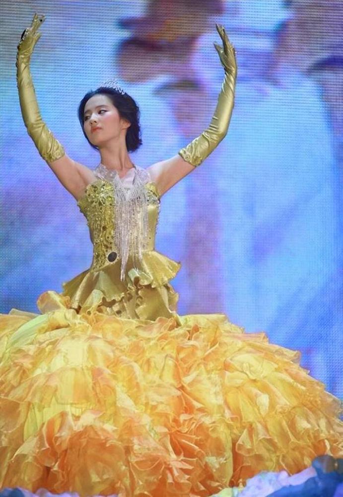 Bộ váy huyền thoại của Nữ thần Kim Ưng bị chê mỗi năm càng thêm sến súa-2