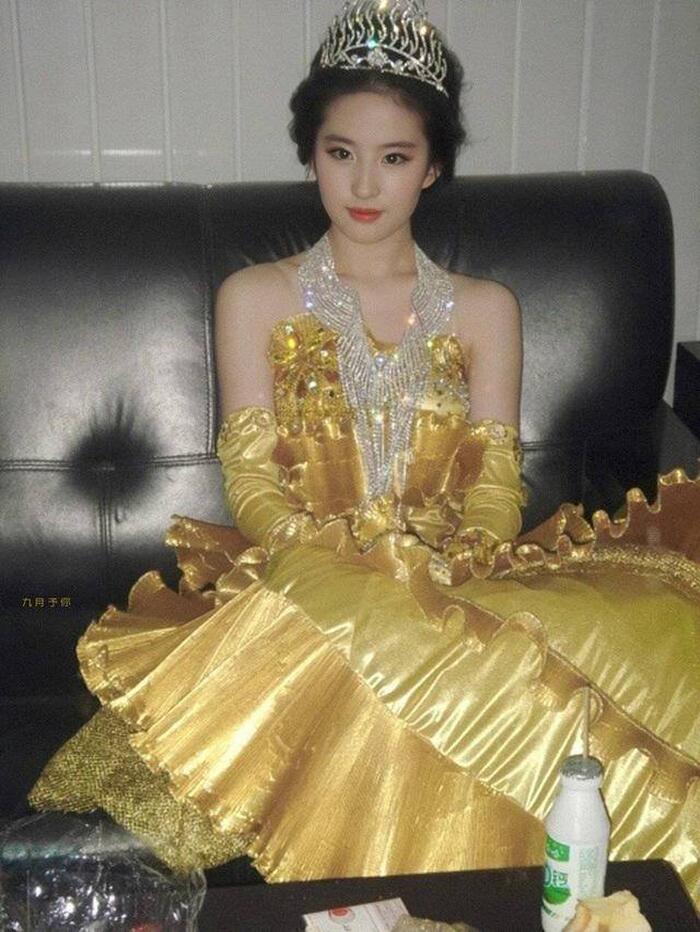 Bộ váy huyền thoại của Nữ thần Kim Ưng bị chê mỗi năm càng thêm sến súa-3