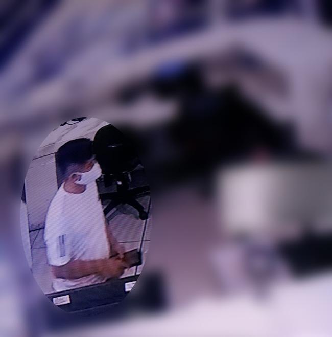Đi ăn cắp nhưng lại trót mê selfie, tên trộm bị bại lộ trong nốt nhạc-1