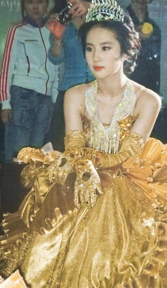 Bộ váy huyền thoại của Nữ thần Kim Ưng bị chê mỗi năm càng thêm sến súa-4