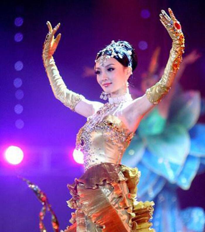 Bộ váy huyền thoại của Nữ thần Kim Ưng bị chê mỗi năm càng thêm sến súa-5