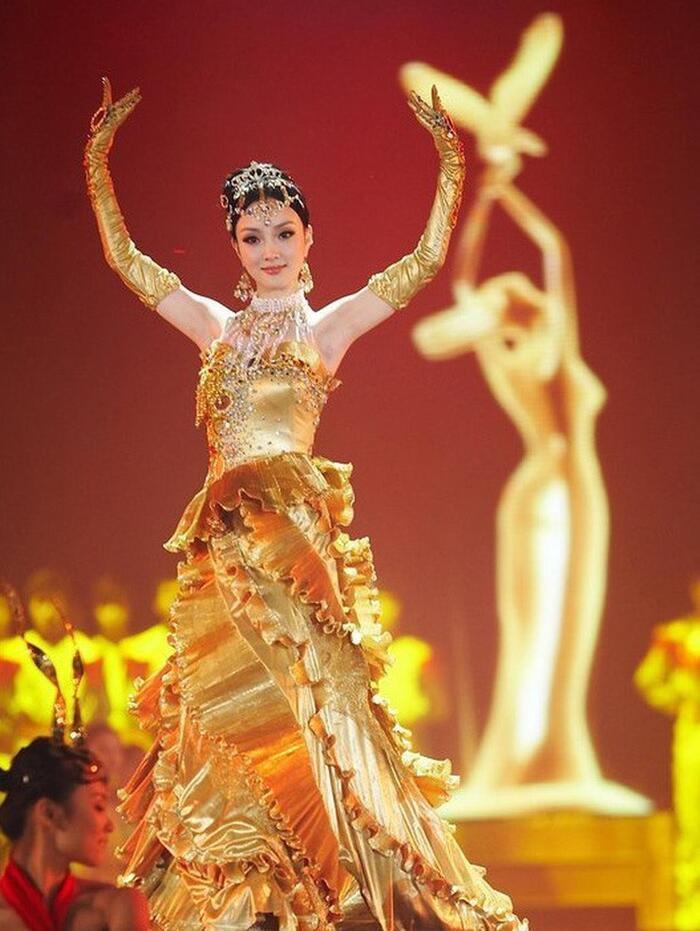 Bộ váy huyền thoại của Nữ thần Kim Ưng bị chê mỗi năm càng thêm sến súa-6