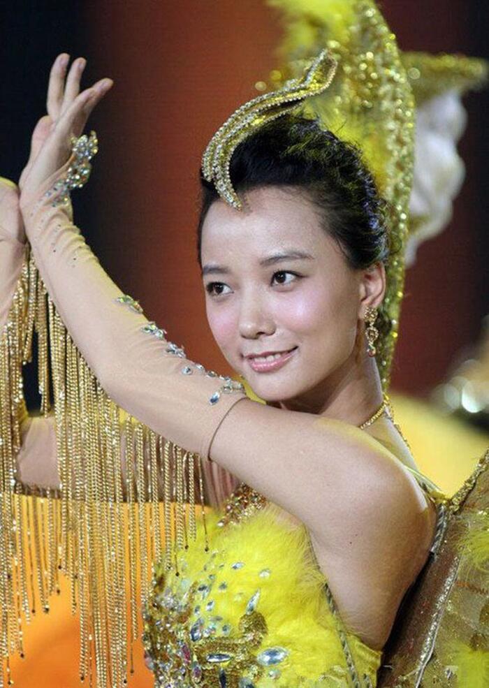 Bộ váy huyền thoại của Nữ thần Kim Ưng bị chê mỗi năm càng thêm sến súa-7