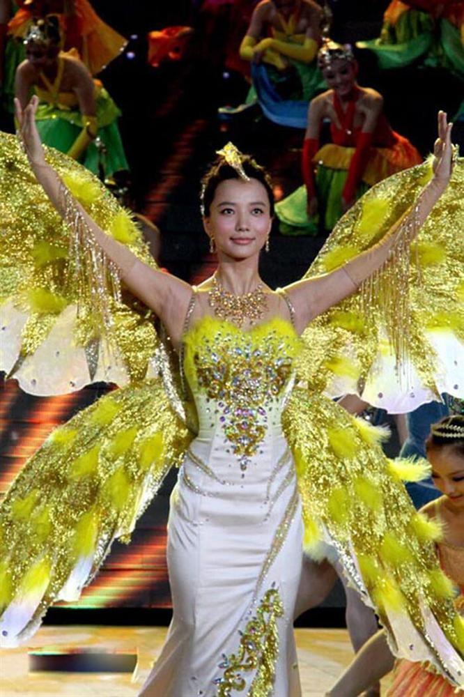 Bộ váy huyền thoại của Nữ thần Kim Ưng bị chê mỗi năm càng thêm sến súa-8