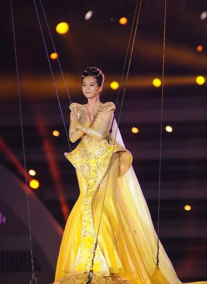 Bộ váy huyền thoại của Nữ thần Kim Ưng bị chê mỗi năm càng thêm sến súa-9