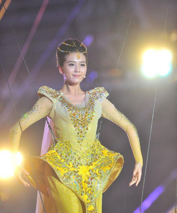 Bộ váy huyền thoại của Nữ thần Kim Ưng bị chê mỗi năm càng thêm sến súa-10