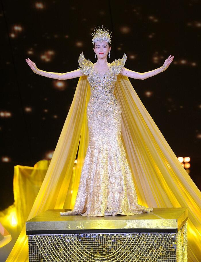 Bộ váy huyền thoại của Nữ thần Kim Ưng bị chê mỗi năm càng thêm sến súa-12