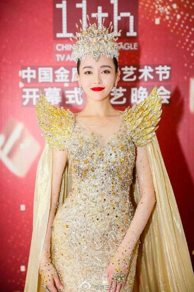 Bộ váy huyền thoại của Nữ thần Kim Ưng bị chê mỗi năm càng thêm sến súa-13