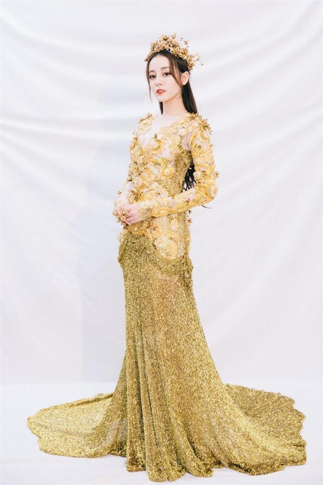Bộ váy huyền thoại của Nữ thần Kim Ưng bị chê mỗi năm càng thêm sến súa-14