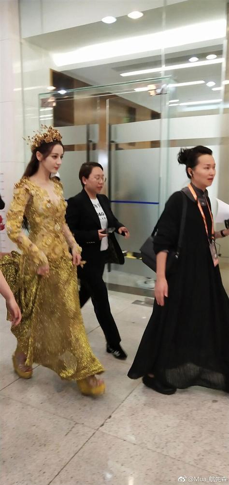 Bộ váy huyền thoại của Nữ thần Kim Ưng bị chê mỗi năm càng thêm sến súa-15