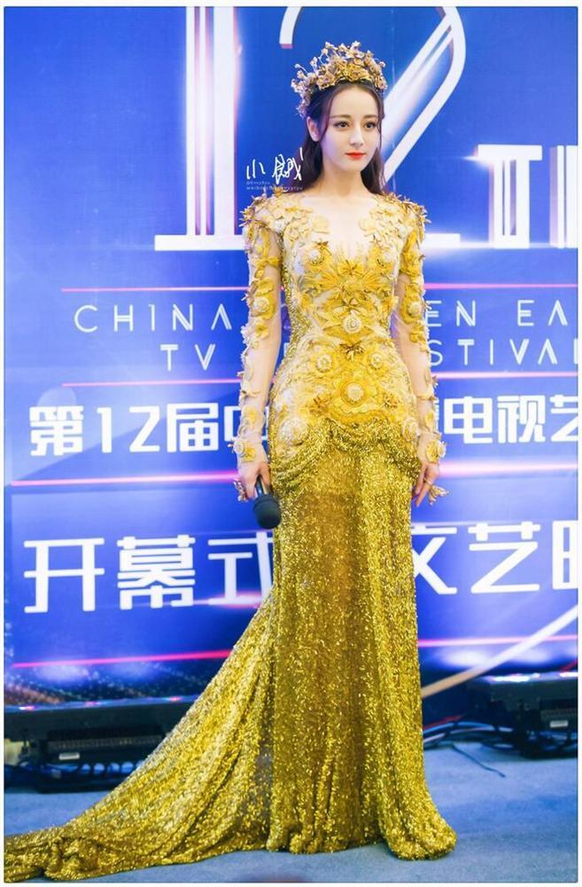 Bộ váy huyền thoại của Nữ thần Kim Ưng bị chê mỗi năm càng thêm sến súa-16