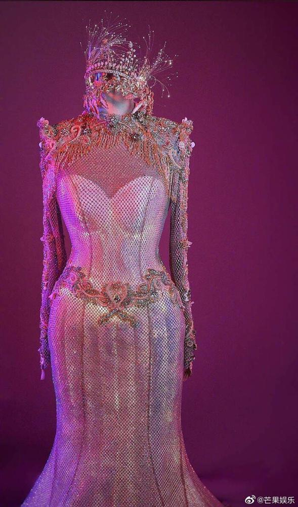 Bộ váy huyền thoại của Nữ thần Kim Ưng bị chê mỗi năm càng thêm sến súa-18