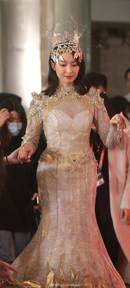 Bộ váy huyền thoại của Nữ thần Kim Ưng bị chê mỗi năm càng thêm sến súa-21