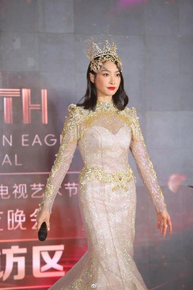 Bộ váy huyền thoại của Nữ thần Kim Ưng bị chê mỗi năm càng thêm sến súa-22