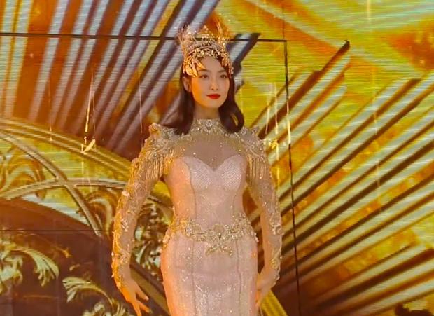 Bộ váy huyền thoại của Nữ thần Kim Ưng bị chê mỗi năm càng thêm sến súa-23