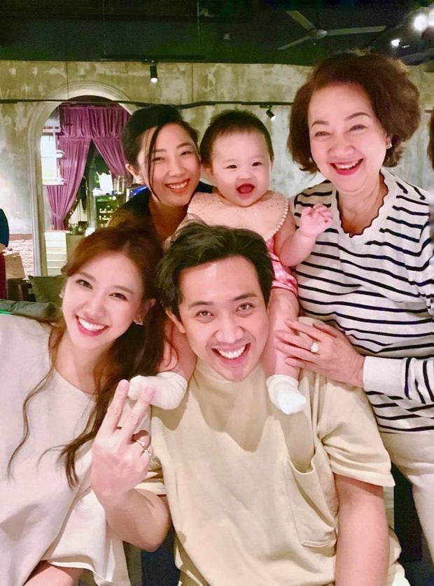 Trấn Thành đăng ảnh sinh nhật mẹ, Hari Won gây chú ý vì ngày càng giống mẹ chồng-1