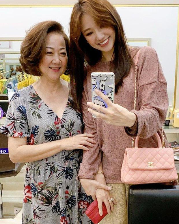 Trấn Thành đăng ảnh sinh nhật mẹ, Hari Won gây chú ý vì ngày càng giống mẹ chồng-3