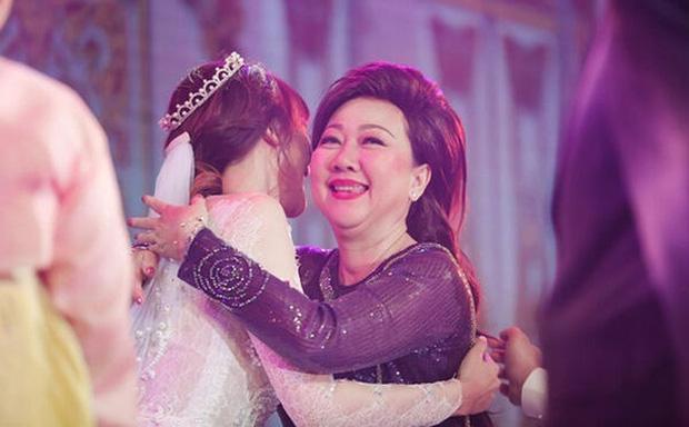 Trấn Thành đăng ảnh sinh nhật mẹ, Hari Won gây chú ý vì ngày càng giống mẹ chồng-4