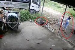 Clip: Bị mất áo mưa, chủ nhà check camera mà 'sốt ruột' với màn ăn cắp 'cồng kềnh' của thủ phạm
