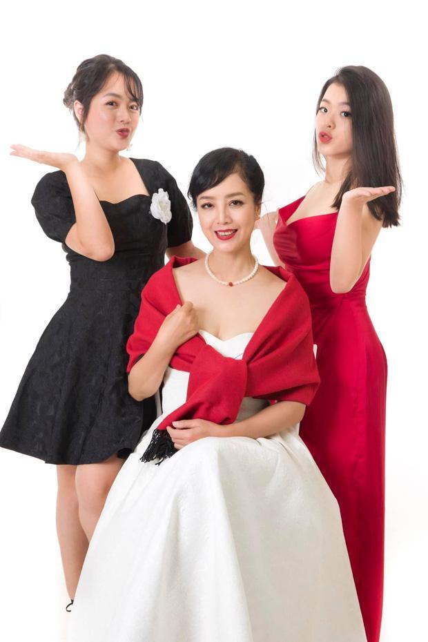 Chụp ảnh cùng gia đình, nhan sắc con gái út nghệ sĩ Chiều Xuân lấn lướt mẹ và chị-6