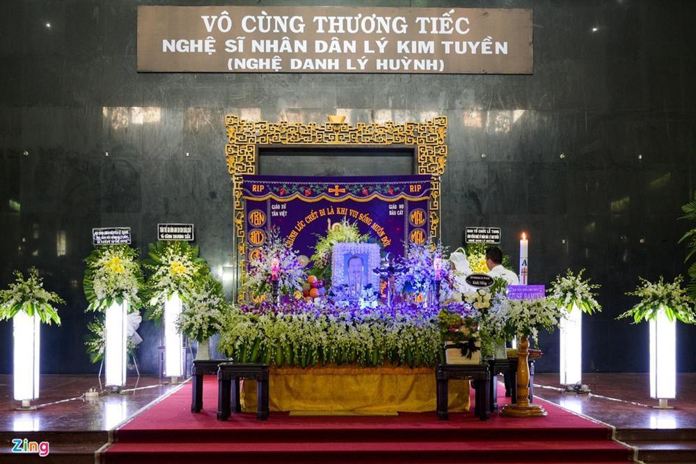Việt Trinh, Giáng My khóc trong tang lễ NSND Lý Huỳnh-1