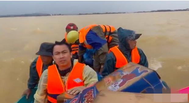 Hồ Việt Trung lên tiếng khi bị chỉ trích ném đồ cứu trợ cho người dân-2