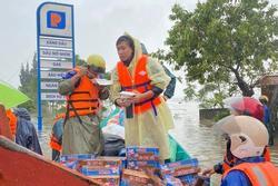 Hồ Việt Trung lên tiếng khi bị chỉ trích ném đồ cứu trợ cho người dân