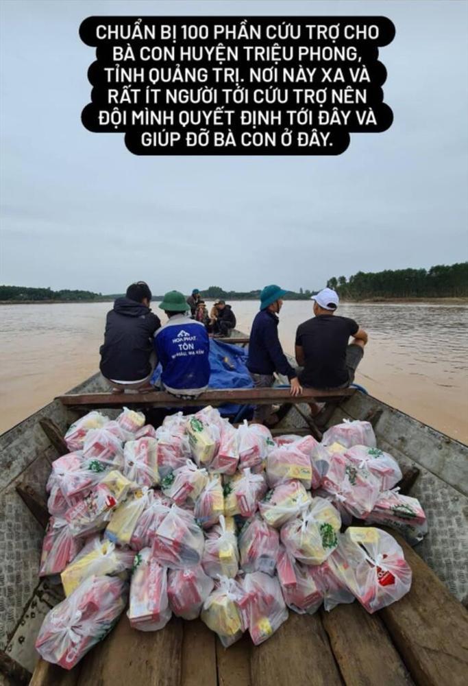 Erik vừa hỗ trợ vừa hát động viên bà con khi đi cứu trợ lũ lụt miền Trung-1