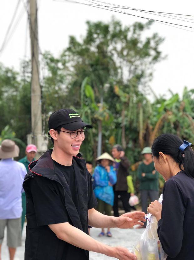 Erik vừa hỗ trợ vừa hát động viên bà con khi đi cứu trợ lũ lụt miền Trung-2