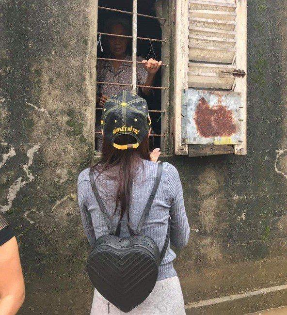 Váy Ngọc Trinh, Thủy Tiên mặc hôm nay, hôm sau bán đầy chợ-6