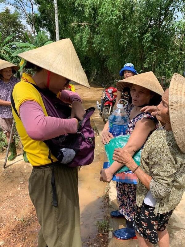 Cháy hàng mẫu balo bình dân của Thủy Tiên và loạt nghệ sĩ cứu trợ lũ lụt-8