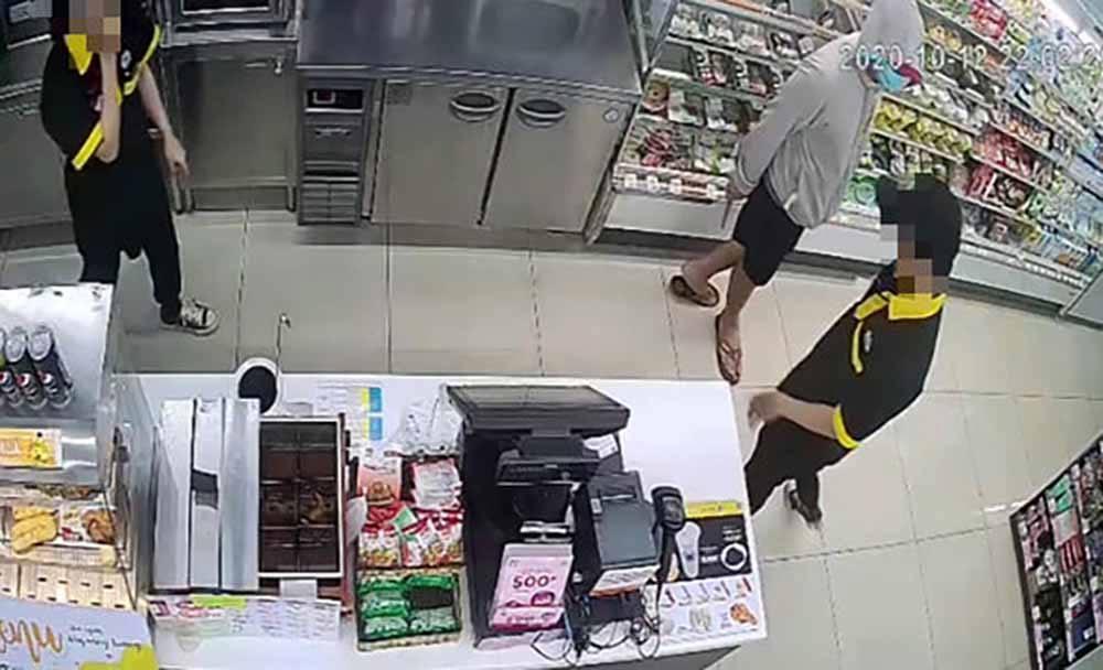 Kẻ cầm dao khống chế nhân viên cướp cửa hàng ở Sài Gòn đã bị bắt-2