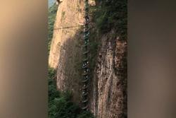 Clip: Du khách leo cầu thang xoắn ốc ngoài trời cao nhất châu Á