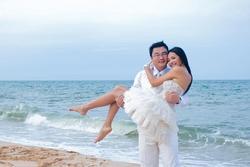 Ảnh cưới chưa từng công bố của hoa hậu Hương Giang và chồng Trung Quốc