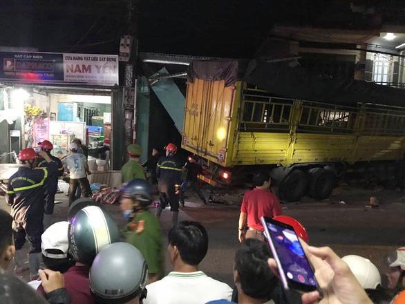 Nóng: Sau tiếng nổ kinh hoàng, xe tải đâm ô tô và nhiều xe máy, húc vào 4 nhà dân, ít nhất 3 người chết-2