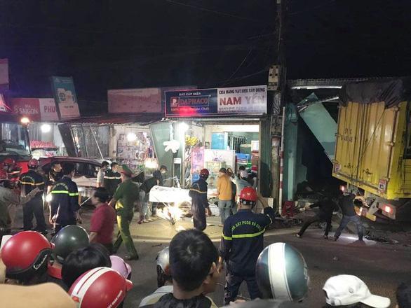 Nóng: Sau tiếng nổ kinh hoàng, xe tải đâm ô tô và nhiều xe máy, húc vào 4 nhà dân, ít nhất 3 người chết-3