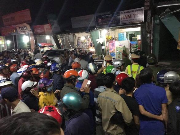 Nóng: Sau tiếng nổ kinh hoàng, xe tải đâm ô tô và nhiều xe máy, húc vào 4 nhà dân, ít nhất 3 người chết-4