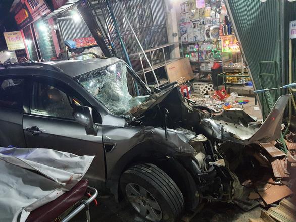 Clip: Kinh hoàng xe tải nổ lốp đâm loạt ô tô, lao vào 4 nhà dân ven đường khiến 3 người chết-3
