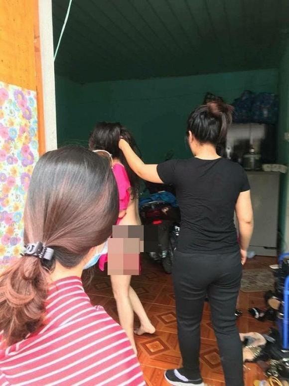 Xôn xao clip cô gái xinh đẹp ở Quảng Ninh bị chính thất lột đồ, cắt tóc đánh ghen dã man-2