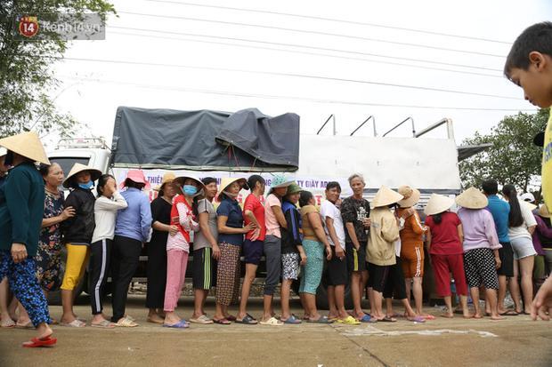 Tình người nơi lũ dữ đi qua: Hàng ngàn xe máy hỏng được nhóm thợ tình nguyện sửa miễn phí-2