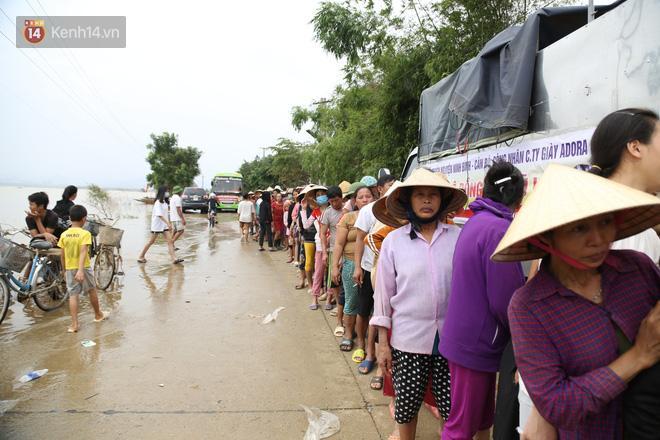 Tình người nơi lũ dữ đi qua: Hàng ngàn xe máy hỏng được nhóm thợ tình nguyện sửa miễn phí-3