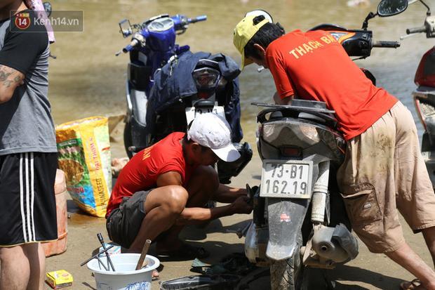 Tình người nơi lũ dữ đi qua: Hàng ngàn xe máy hỏng được nhóm thợ tình nguyện sửa miễn phí-5