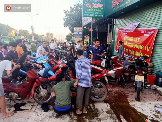 Tình người nơi lũ dữ đi qua: Hàng ngàn xe máy hỏng được nhóm thợ tình nguyện sửa miễn phí-7