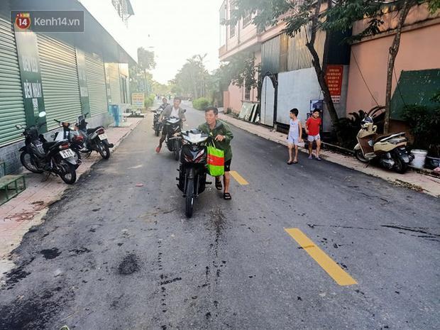 Tình người nơi lũ dữ đi qua: Hàng ngàn xe máy hỏng được nhóm thợ tình nguyện sửa miễn phí-8