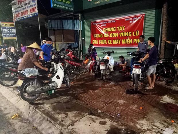 Tình người nơi lũ dữ đi qua: Hàng ngàn xe máy hỏng được nhóm thợ tình nguyện sửa miễn phí-10