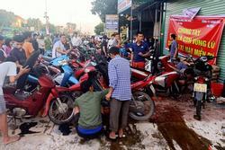 Tình người nơi lũ dữ đi qua: Hàng ngàn xe máy hỏng được nhóm thợ tình nguyện sửa miễn phí