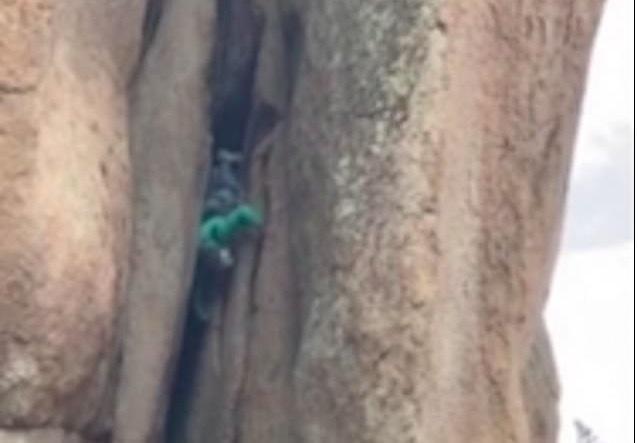 Đứng tim cảnh cụ ông xuống núi bằng đầu-1